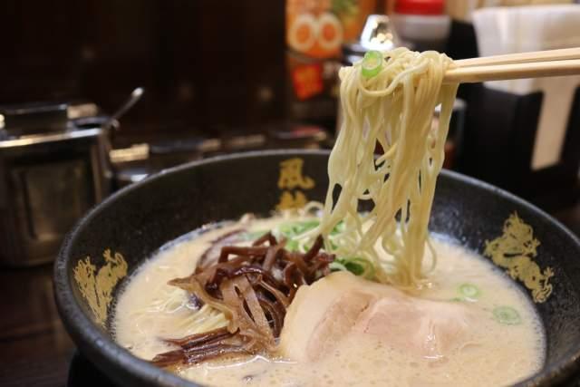 博多風龍の豚骨ラーメン麺リフト