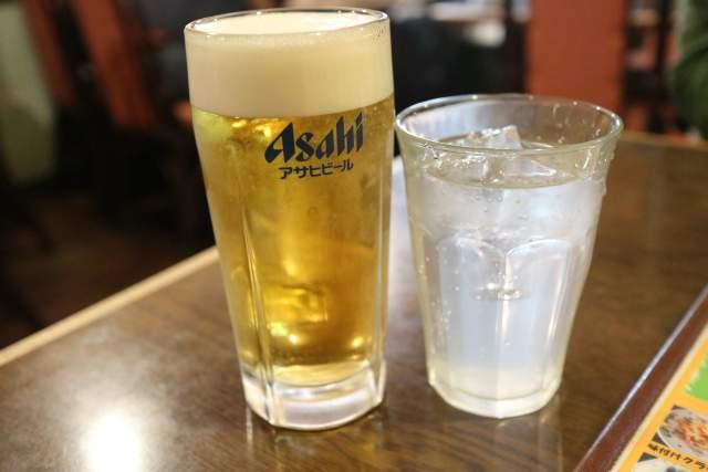 皇庭餃子房の生ビールとライチ酒ソーダ