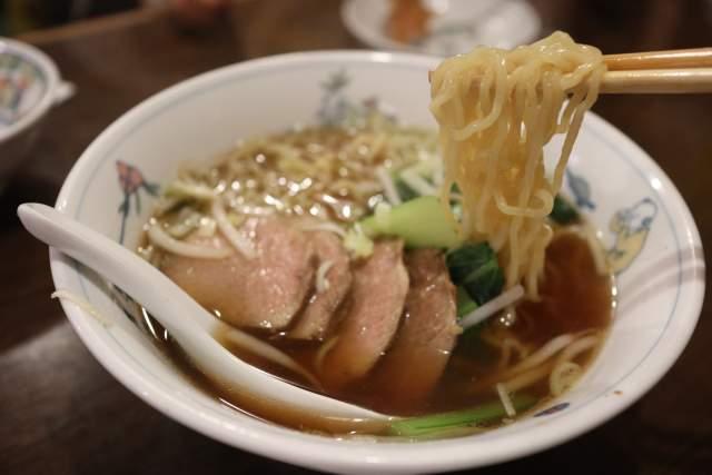 皇庭餃子房のチャーシュー麺の麺リフト