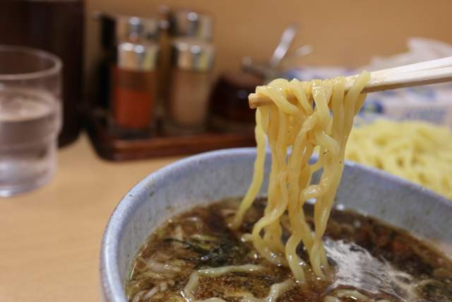 盛華の醤油つけ麺の麺リフト