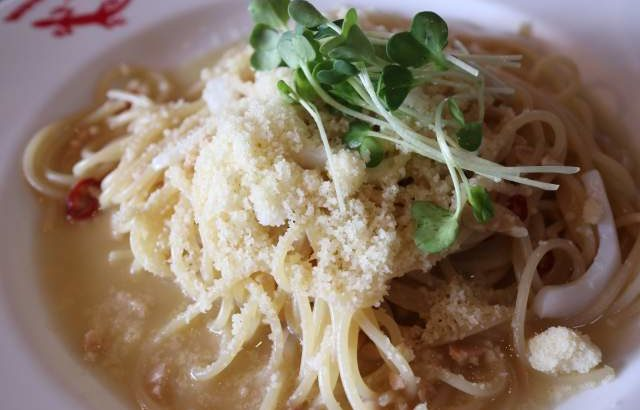 虫の巣の納豆とイカのチーズペペロンチーノ