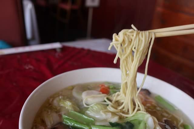 栄新楼の海鮮湯麺の麺リフト