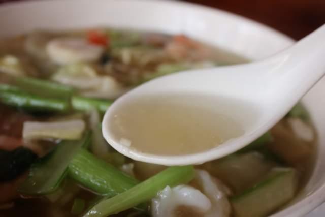 栄新楼の海鮮湯麺のスープ