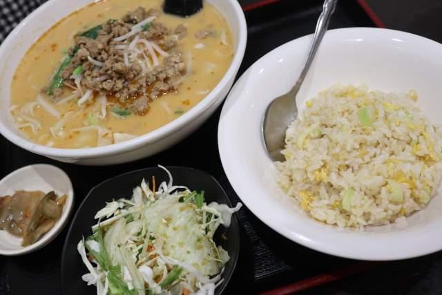 金蘭の担々麺と半チャーハン