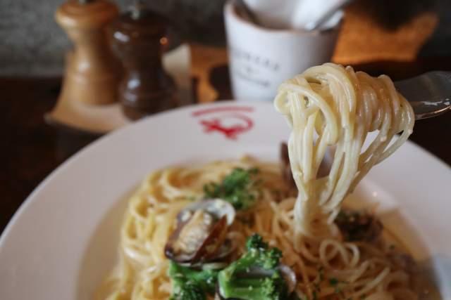 虫の巣のアサリとブロッコリーのクリームソースパスタ 麺リフト