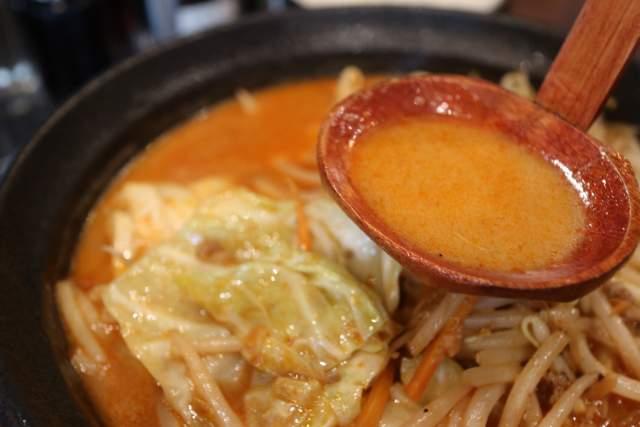 吟スタイルの辛味噌ラーメンのスープ