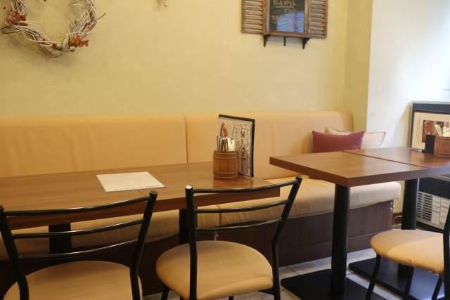 プルポの内観 テーブル席