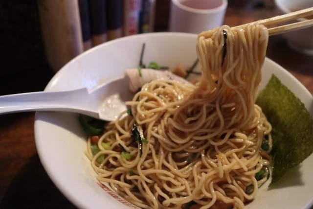 もちぶたラーメンの背あぶらーめん納豆 麺リフト