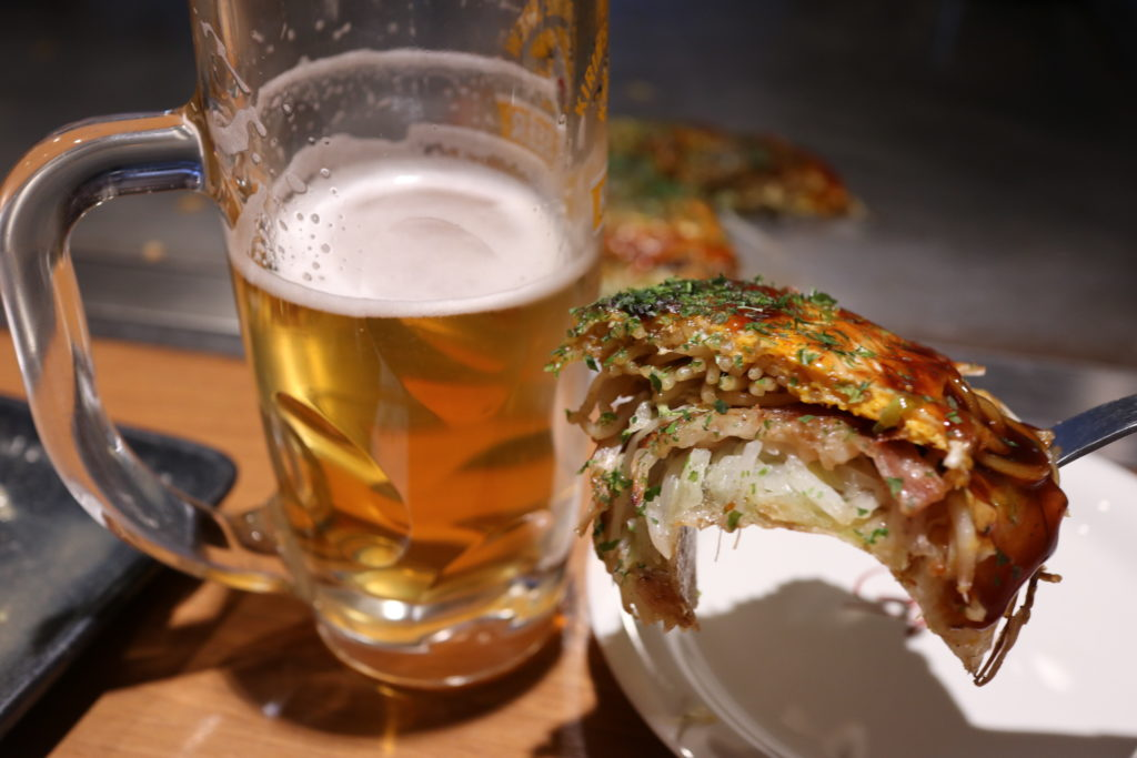 こいのぼりのお好み焼きとビール