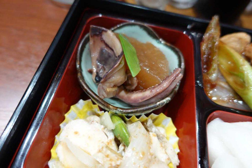 魚魚魚の大根イカ煮と新玉・蒸鶏ごまポン酢