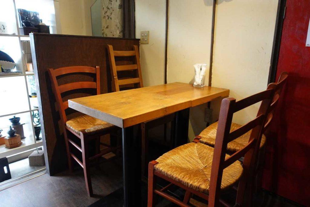 カフェドラマのテーブル席