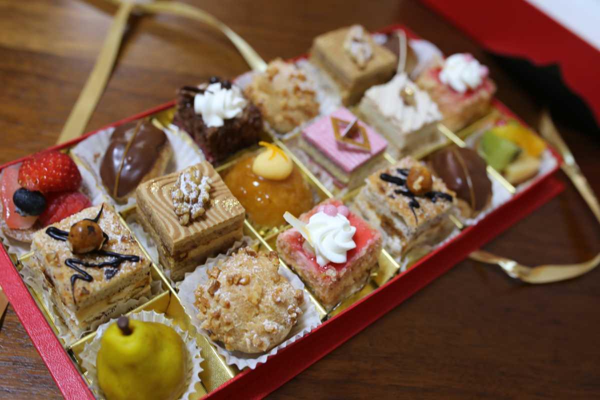 ケーキ屋ノリエットの18個の小さなケーキの詰め合わせ『プティ・ガトー』