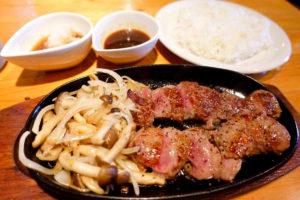 無国籍料理一風のステーキ200gは2種類のソースで2度美味しい
