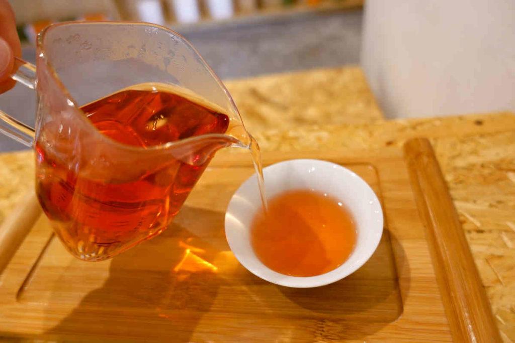 ローゼル紅茶を注ぐ