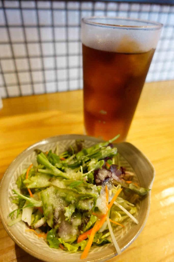 サラダと烏龍茶