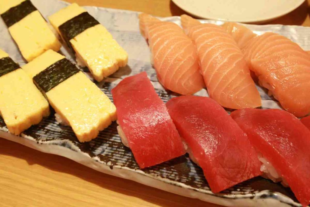 玉子、サーモン、マグロ寿司