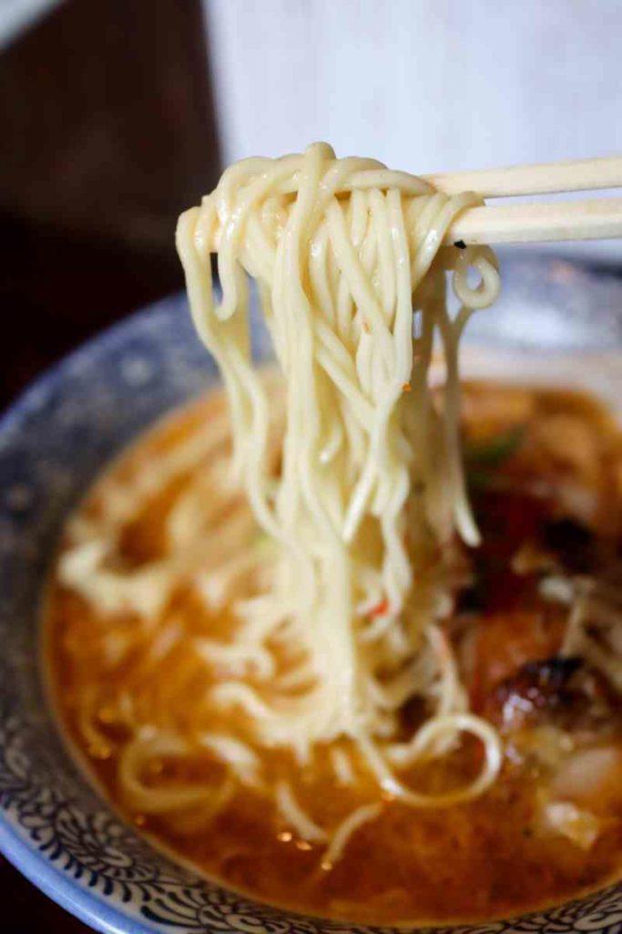 酸辣鶏白湯の麺