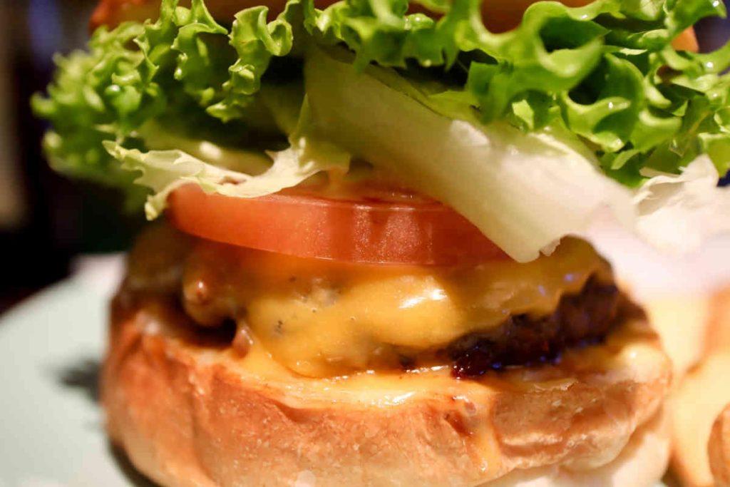 チーズバーガーのアップ