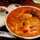 香港亭 明大前店のスーラーメンは酸味と辛味のトマト味?