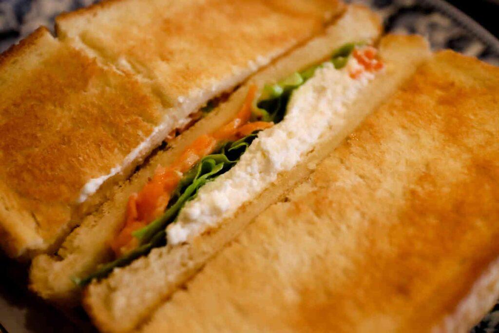 自家製カッテージチーズと海老サンド