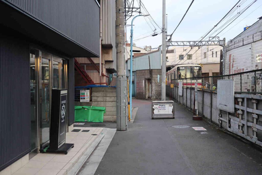 下高井戸 駅そばの線路沿い