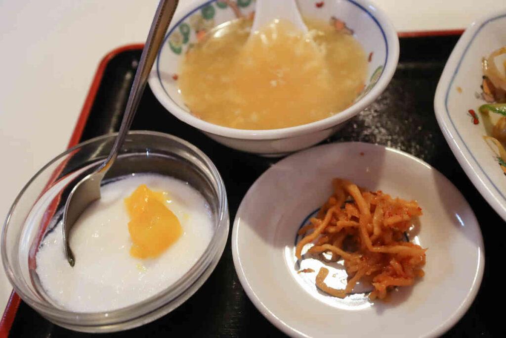 スープ、お漬物、杏仁豆腐