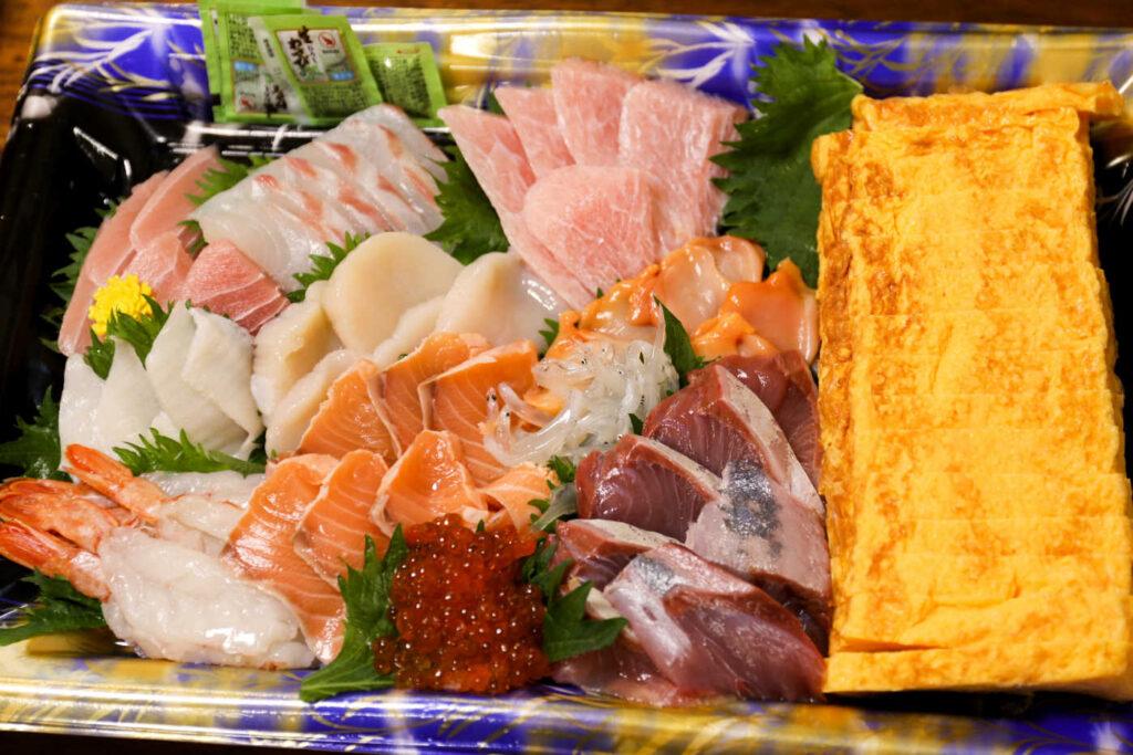 下高井戸 鮮魚店 三友のお刺身盛り合わせと玉子焼き