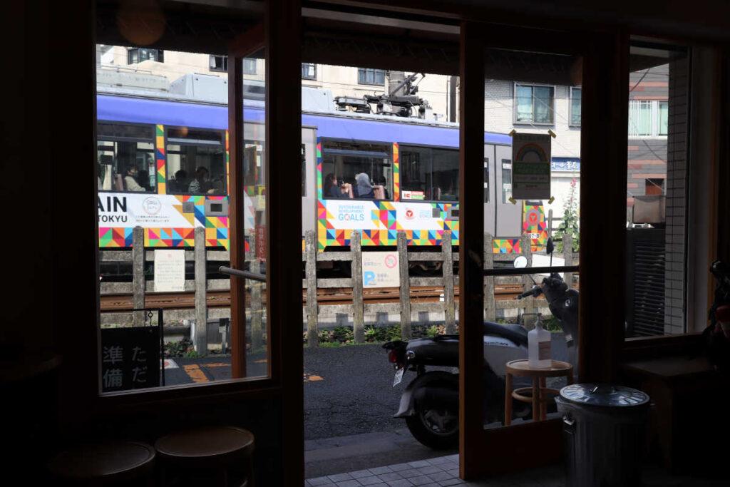 小倉庵の店内から世田谷線を眺める