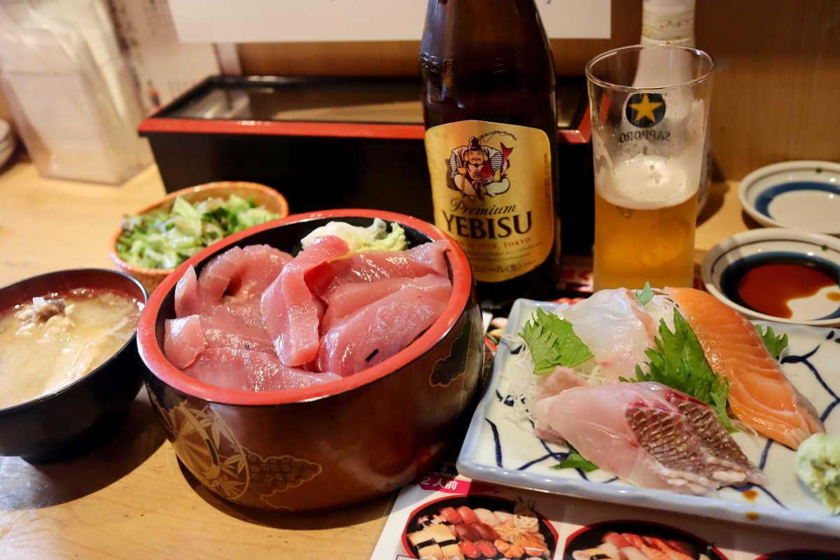 三友蓮の瓶ビールと刺盛りの『ちょい飲みセット』と生マグロ鉄火丼