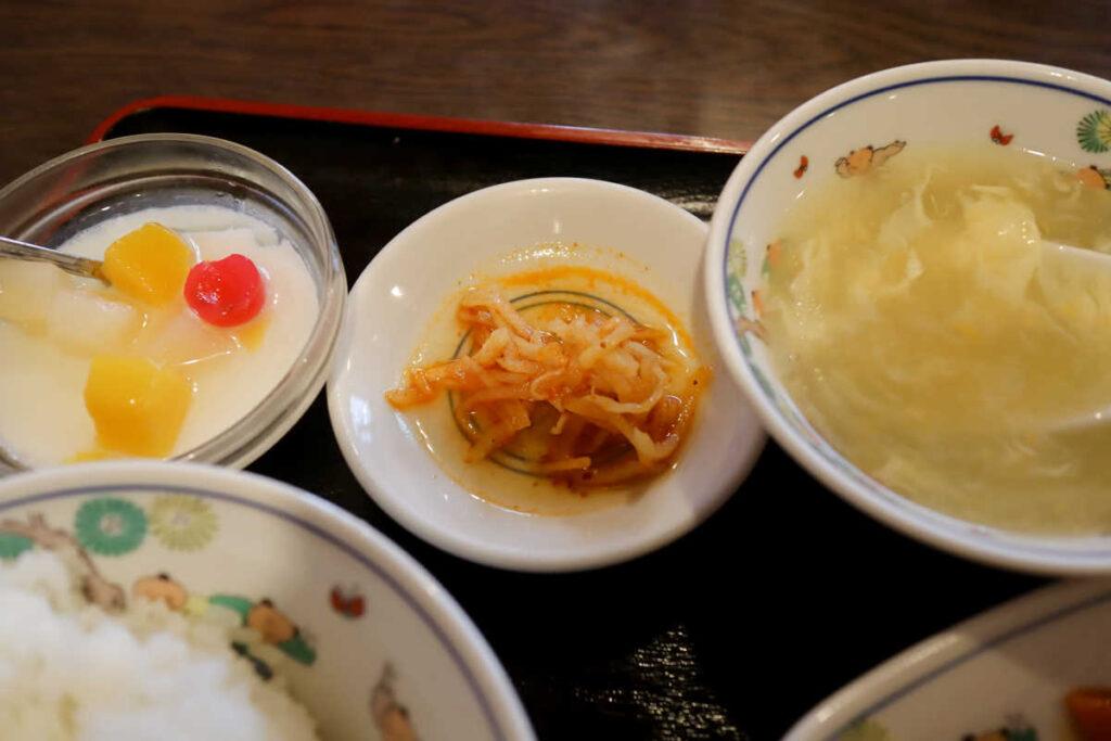 杏仁豆腐、お漬物、スープ