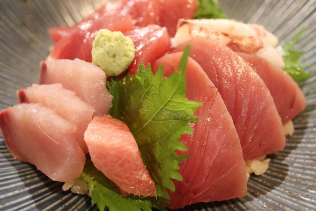 メジマグロ海鮮丼の横