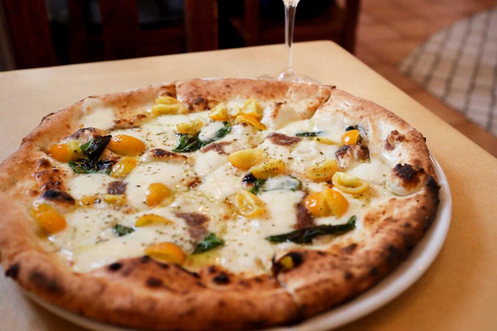 トニーノの黄色いプチトマトとアンチョビ、オレガノ、モッツァレラチーズのピッツァ