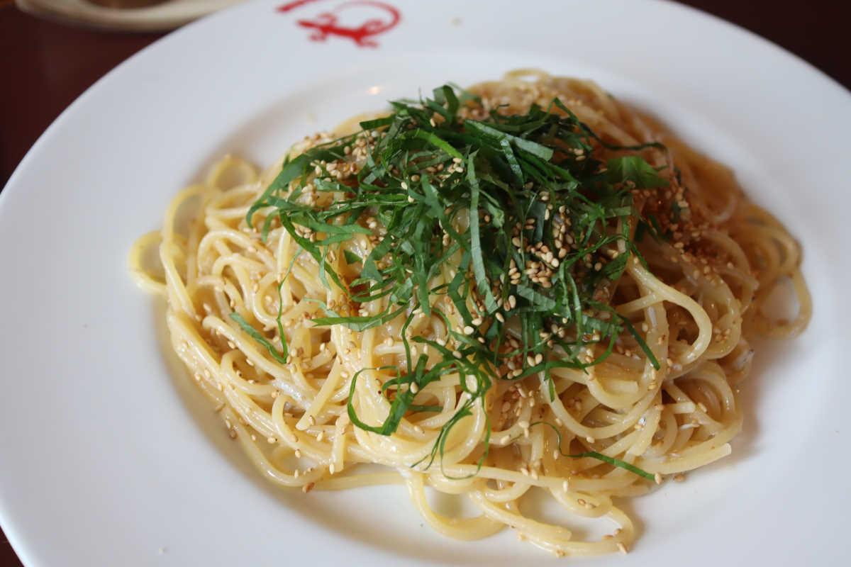 創作イタリア料理『虫の巣』の練り梅としらすの大葉&白ごまパスタ
